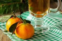 Duas tangerinas e bebida quente Imagens de Stock Royalty Free