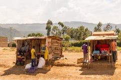 Duas tendas de madeira na borda da estrada no Vale do Rift do ` s de Kenya fotografia de stock royalty free