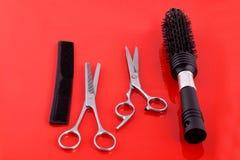 Duas tesouras e escovas de cabelo do cabeleireiro das tesouras Fotos de Stock Royalty Free