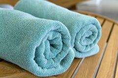 Duas toalhas trançadas em um tubule na cadeira Foto de Stock Royalty Free
