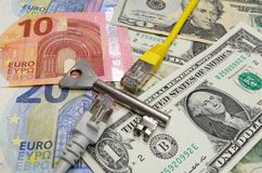 duas tomadas de uma comunicação da rede dividiram-se por uma chave colorida da prata e por uma moeda de América e da União Europe imagens de stock