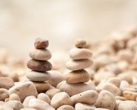 Duas torres pequenas do zen em Pebble Beach, quadrado Foto de Stock
