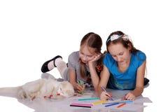 Duas trações das meninas e do gato no álbum fotografia de stock