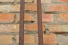 Duas tubulações oxidadas velhas em uma parede de tijolo fotografia de stock