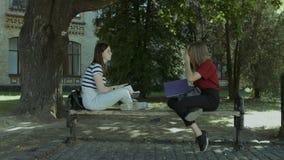 Duas universitárias que falam no banco após o estudo video estoque