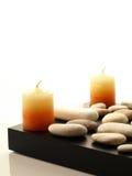 Duas velas dos termas com pedras brancas Fotografia de Stock