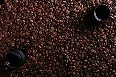 Duas xícaras de café, anis de estrela, canela no fundo de feijões de café Especiarias perfumadas para uma bebida, vista superior, foto de stock