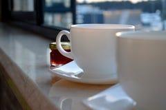 Duas xícaras de café brancas foto de stock royalty free