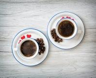 Duas xícaras de café cerâmicas com corações vermelhos pequenos Fotografia de Stock Royalty Free