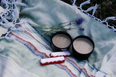 Duas xícaras de café, chocolate e um ramo da alfazema na natureza fotografia de stock royalty free