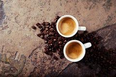 Duas xícaras de café com feijões de café Foto de Stock