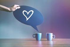 Duas xícaras de café com a placa da bolha como o diálogo Fotos de Stock Royalty Free