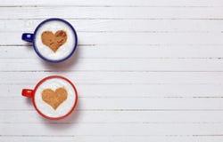 Duas xícaras de café com símbolo da forma do coração Fotos de Stock Royalty Free
