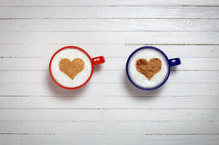 Duas xícaras de café com símbolo da forma do coração Imagem de Stock