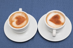 Duas xícaras de café do cappuccino Fotografia de Stock Royalty Free