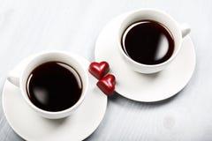Duas xícaras de café e doces dados forma coração Foto de Stock Royalty Free