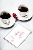 Duas xícaras de café e doces dados forma coração Imagens de Stock