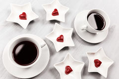 Duas xícaras de café e doces dados forma coração Fotografia de Stock