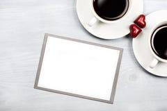 Duas xícaras de café e doces dados forma coração Fotos de Stock Royalty Free