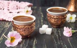 Duas xícaras de café e flores imagens de stock royalty free