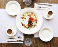 Duas xícaras de café e um pedaço de bolo na tabela em um café Fotos de Stock