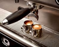 Duas xícaras de café em uma máquina do café Fotografia de Stock
