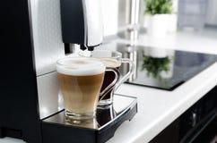 Duas xícaras de café, máquina profissional do café da casa Imagens de Stock Royalty Free