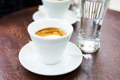 Duas xícaras de café na barra de café Fotografia de Stock Royalty Free