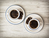 Duas xícaras de café cerâmicas no fundo de madeira Fotografia de Stock