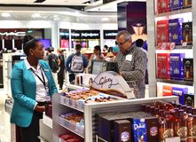 Dubaï, EAU - 10 avril 2018 L'acheteur au contrôle dans la boutique hors taxe à l'aéroport Image stock
