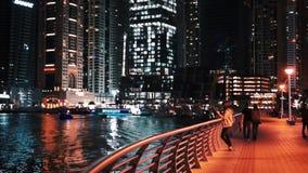 Dubaï, EAU - 20 janvier 2018 Marina de Dubaï Les gens marchent le long de la promenade banque de vidéos