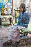Dubaï, EAU - 16 juillet 2016 : Homme âgé par milieu parlant sur le mobile Photographie stock libre de droits