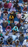 Dubaï, EAU - 16 juillet 2016 : Hommes musulmans se réunissant pour un communal Images stock