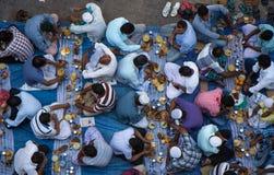 Dubaï, EAU - 16 juillet 2016 : Hommes musulmans se réunissant pour un communal Images libres de droits
