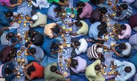 Dubaï, EAU - 16 juillet 2016 : Hommes musulmans se réunissant pour un communal Image stock