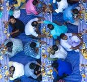 Dubaï, EAU - 16 juillet 2016 : Hommes musulmans se réunissant pour un communal Photo libre de droits
