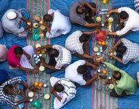 Dubaï, EAU - 16 juillet 2016 : Hommes musulmans se réunissant pour un dîner iftar communal Photographie stock