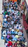 Dubaï, EAU - 16 juillet 2016 : Hommes musulmans se réunissant pour un dîner iftar communal Images libres de droits