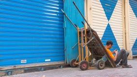 Dubaï, EAU - 16 juillet 2016 : Portrait de rue d'un résident à Dubaï Photographie stock libre de droits