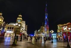 Dubaï, EAU/11 06 2018 : Village global lumineux coloré avec la foule images stock