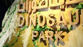 Dubaï, Emirats Arabes Unis, EAU - 20 novembre 2017 : Parc de dinosaure au parc de lueur de jardin de Dubaï, illuminé la nuit clips vidéos