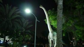 Dubaï, Emirats Arabes Unis, EAU - 20 novembre 2017 : Parc de dinosaure au parc de lueur de jardin de Dubaï, illuminé la nuit a banque de vidéos