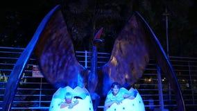 Dubaï, Emirats Arabes Unis, EAU - 20 novembre 2017 : Parc de dinosaure au parc de lueur de jardin de Dubaï, illuminé la nuit banque de vidéos