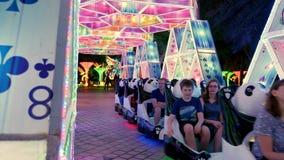 Dubaï, Emirats Arabes Unis, EAU - 20 novembre 2017 : Parc de lueur de jardin de Dubaï, la nuit divertissement, une vapeur clips vidéos