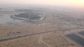 Dubaï, Emirats Arabes Unis, EAU - 20 novembre 2017 : vue supérieure sur Dubaï et ses environs, le trafic de la route de banque de vidéos