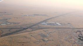 Dubaï, Emirats Arabes Unis, EAU - 20 novembre 2017 : vue supérieure sur Dubaï et ses environs, le trafic de la route de clips vidéos
