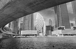 Dubaï - le pont du nouveaux canal et gratte-ciel Photo stock