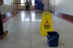 Dubaï, métro, le signe va nettoyer dans le processus Image libre de droits