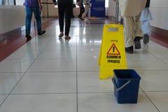 Dubaï, métro, le signe va nettoyer dans le processus Images libres de droits