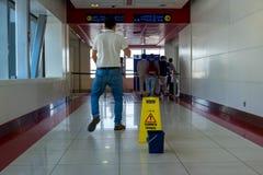 Dubaï, métro, le signe va nettoyer dans le processus Photographie stock libre de droits